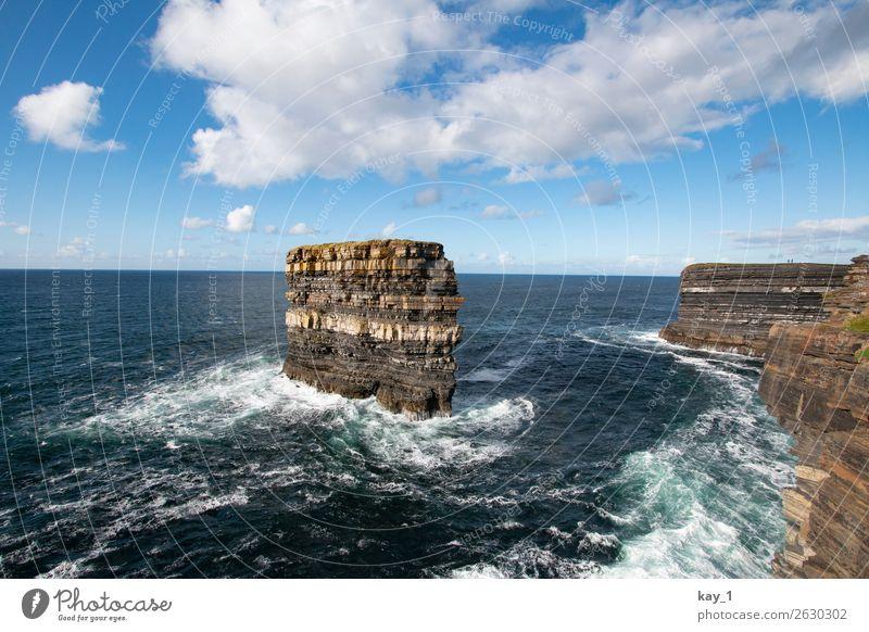 Felsen in der Brandung des Meeres, Steilküste in Irland Schaum Kraft Ferne Atlantik Himmel Horizont Sonnenlicht Bucht Natur Menschenleer Farbfoto Außenaufnahme