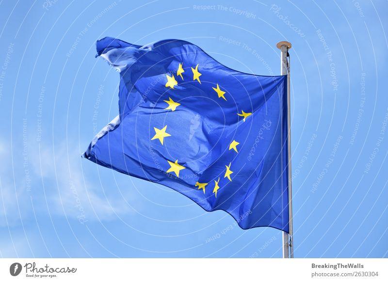 Nahaufnahme der EU-Flagge, die im Wind über dem blauen Himmel weht. Wolken Zeichen Schilder & Markierungen Fahne fliegen Zusammenhalt Europäer Europa winkend