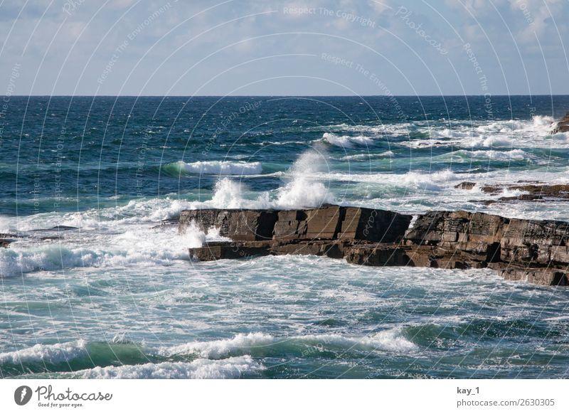 Wellen des Atlantiks brechen schäumend an der Küste Irlands Tag Landschaft Wasser Sommer Textfreiraum oben Schönes Wetter blau Einsamkeit Tourismus Abenteuer
