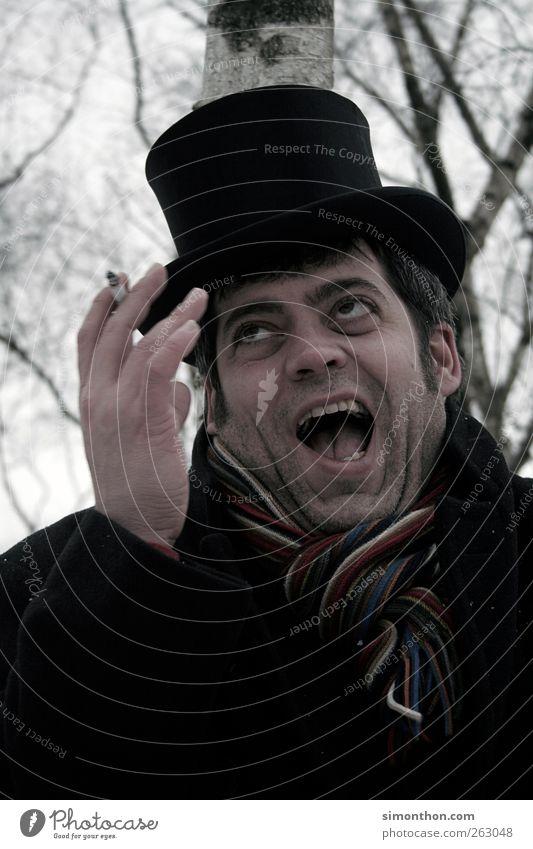 irre 1 Mensch skurril fantastisch verrückt dumm Schauspieler Hut Zigarette lachen durchdrehen Gesichtsausdruck gestikulieren Schal Gedeckte Farben