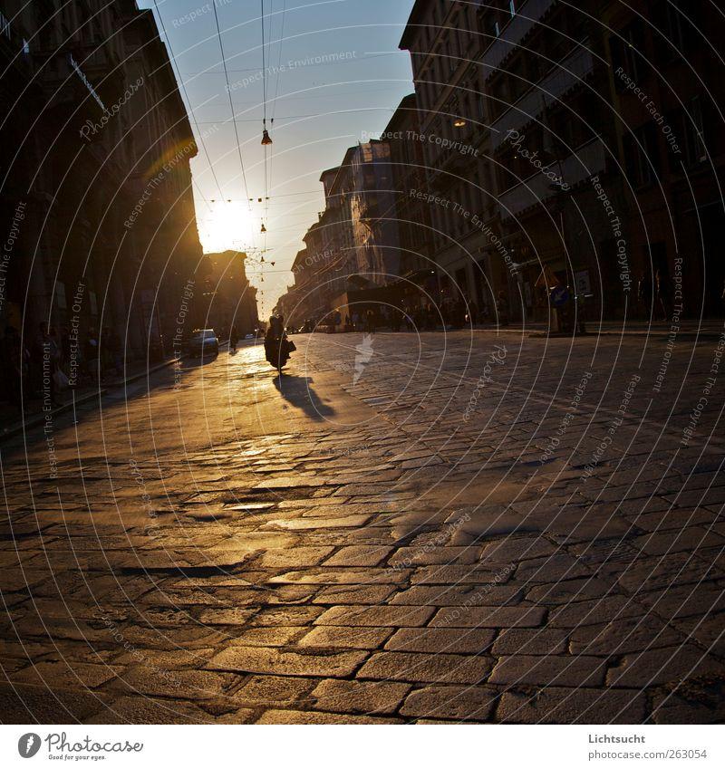 Reng-Nengneeeeng Mensch Himmel blau Stadt Ferien & Urlaub & Reisen Sonne Sommer Straße gold Europa fahren Italien Straßenbeleuchtung Stadtzentrum Kleinmotorrad