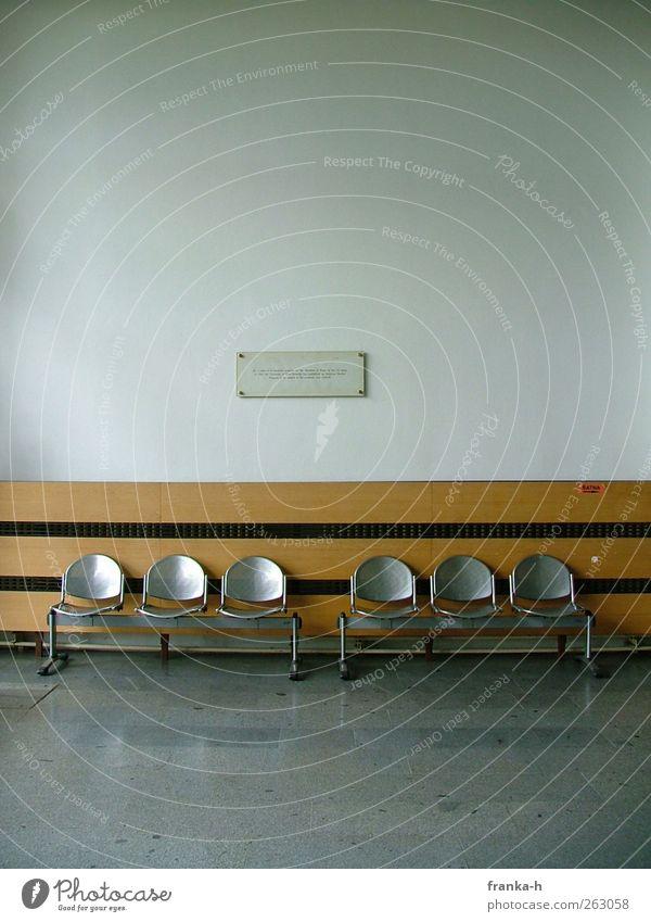 Warten ruhig Ferne Wand Mauer Gebäude sitzen warten trist Langeweile Symmetrie