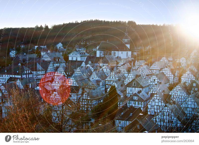o ^ ^ ^ ^ // Himmel alt Landschaft Haus Wand Architektur Mauer Fassade Wohnung Häusliches Leben Kirche historisch Hügel Dorf Denkmal Wahrzeichen