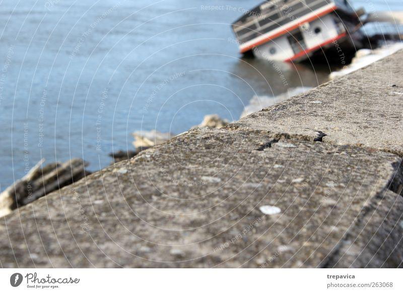Schiff Umwelt Natur Wasser Klimawandel Wetter Eis Frost Strand Fluss Verkehr Verkehrsmittel Güterverkehr & Logistik Schifffahrt Bootsfahrt Passagierschiff Beton