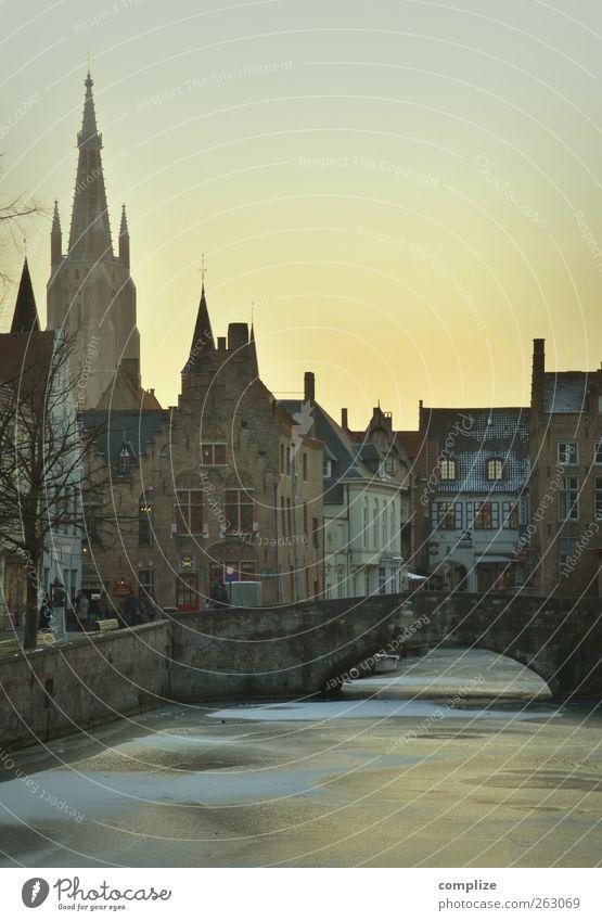 Ich bin wach, aber ich fühle mich wie in einem Traum schön Stadt Haus Winter gelb Wand Schnee Mauer träumen Zusammensein gold Idylle Tourismus Kirche Brücke
