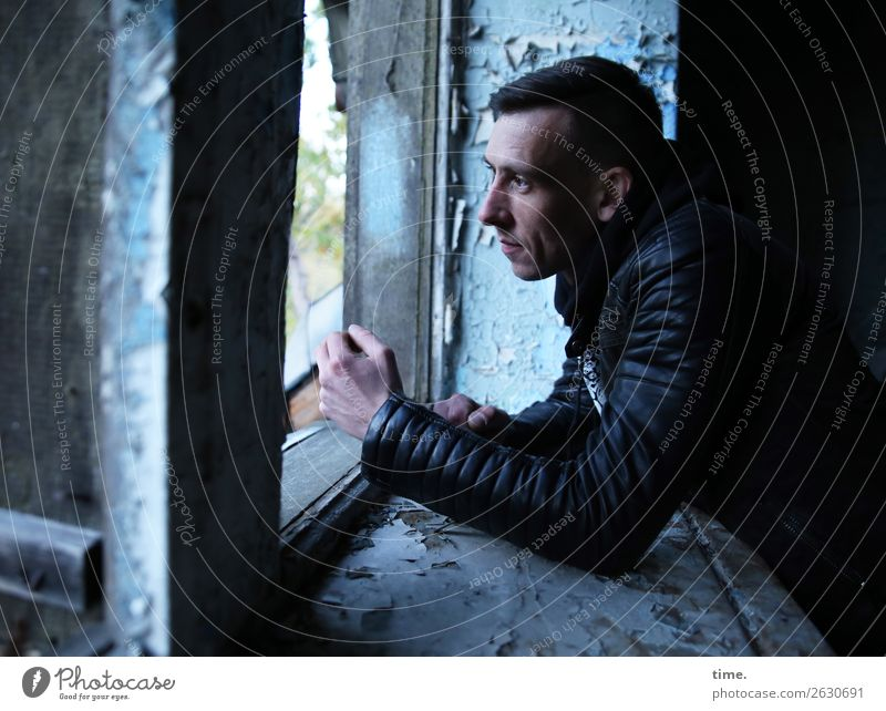 anderes Fenster andere Gedanken maskulin Mann Erwachsene 1 Mensch Ruine Mauer Wand Fensterbrett Jacke brünett kurzhaarig beobachten Denken Blick warten dunkel
