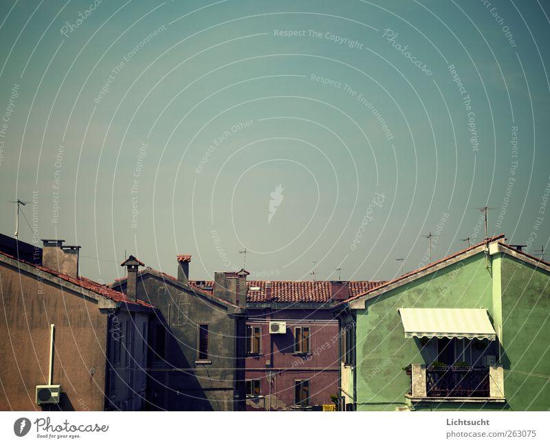 Sommerfrische Himmel blau Sonne Haus ruhig Fassade Europa Dach Schönes Wetter Italien Gelassenheit Balkon Schornstein Nostalgie Antenne Siesta