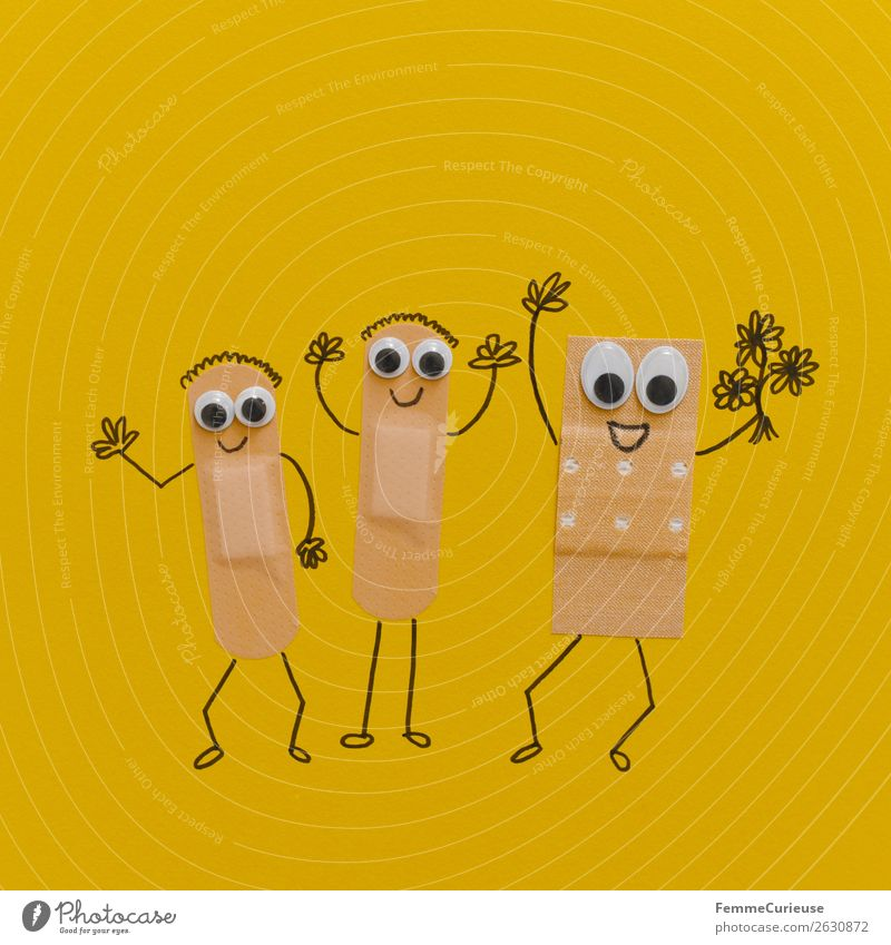 Funny plasters with faces wish good recovery Gesundheit Gesundheitswesen Behandlung Krankenpflege Krankheit Freude Heftpflaster Gliedmaßen Mensch winken