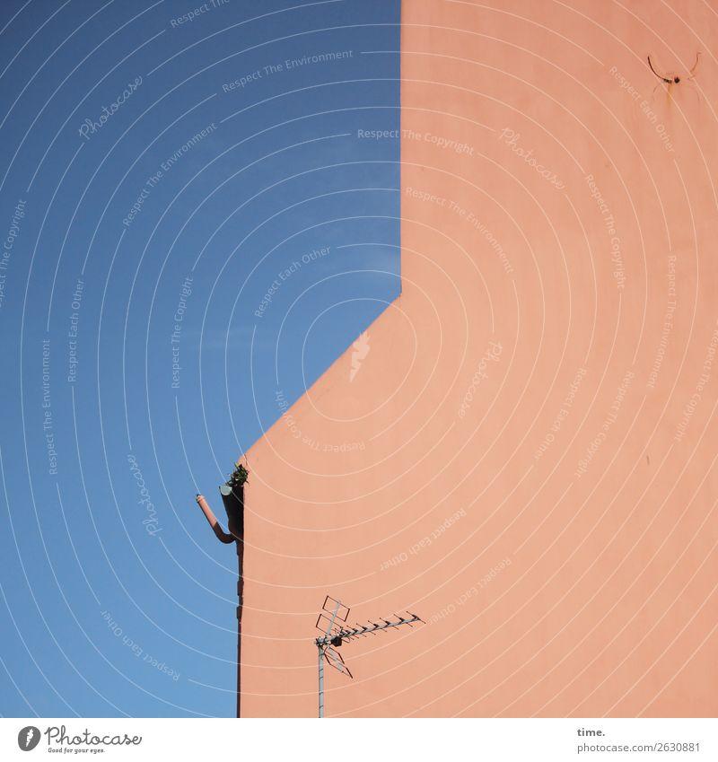 Haken am Haus Wolkenloser Himmel Schönes Wetter Mauer Wand Dachrinne Antenne bedrohlich Ausdauer standhaft ästhetisch Partnerschaft Design einzigartig entdecken