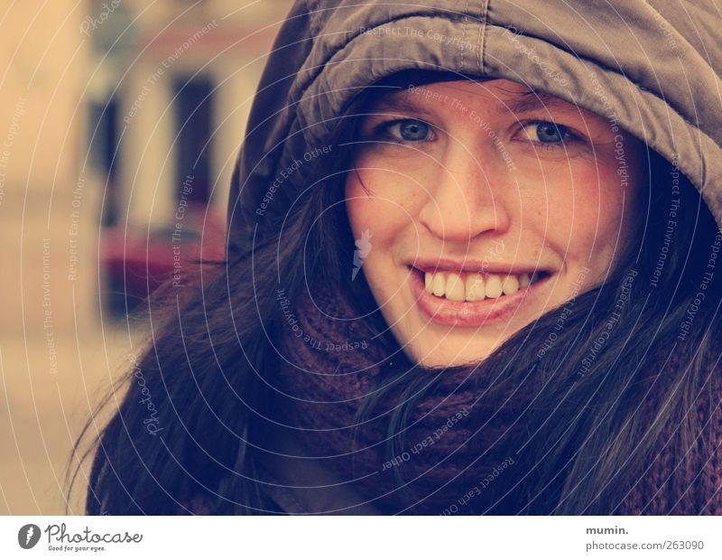 Dick eingepackt Mensch feminin Frau Erwachsene 1 18-30 Jahre Jugendliche Winter Jacke Kapuze schwarzhaarig Zufriedenheit Farbfoto Außenaufnahme