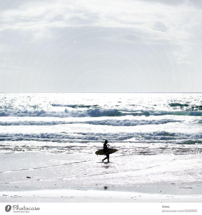 Bretter der Welt Sport Wassersport Sportler Surfen Surfer Surfbrett Mensch 1 Urelemente Himmel Schönes Wetter Wellen Küste Meer Atlantik festhalten gehen tragen