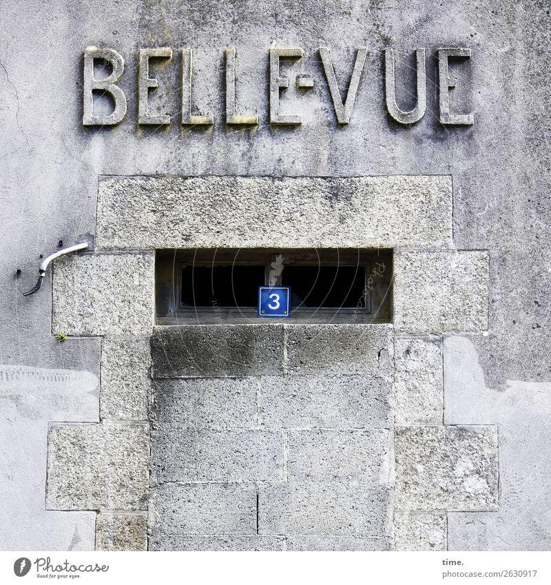 Ende einer Epoche | Geschriebenes Baustelle Handwerk Haus Ruine Mauer Wand Fassade Fenster Tür lost places Hausnummer Kabel Gravur Schriftzeichen