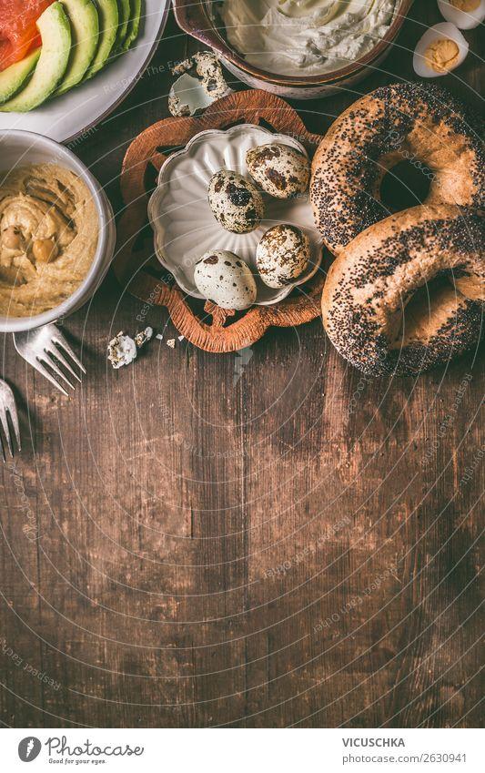 Bagelbrot, Lachs, Avocado, Hummus und Wachteleier Lebensmittel Brot Brötchen Ernährung Frühstück Bioprodukte Stil Design Hintergrundbild Snack Belegtes Brot