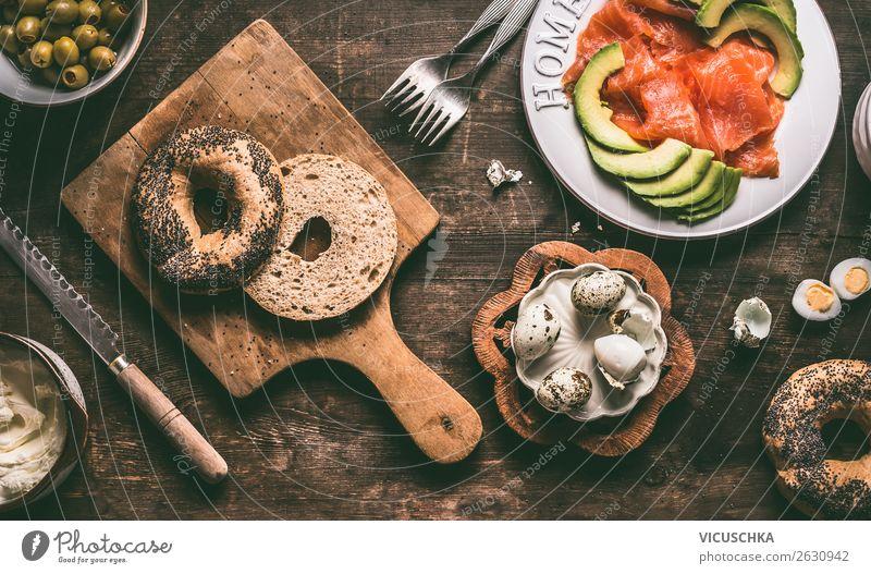 Hälfte von Bagel und Sandwich Zutaten Lebensmittel Ernährung Frühstück Geschirr Stil Design Gesunde Ernährung Häusliches Leben Tisch Belegtes Brot Hummus Snack