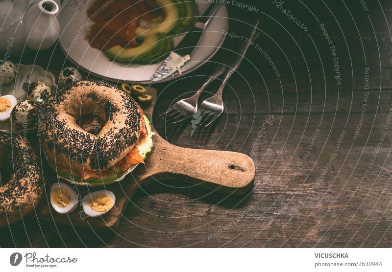 Bagel Sandwich am Frühstückstisch Gesunde Ernährung Foodfotografie Lebensmittel Essen Design Tisch Zutaten Belegtes Brot