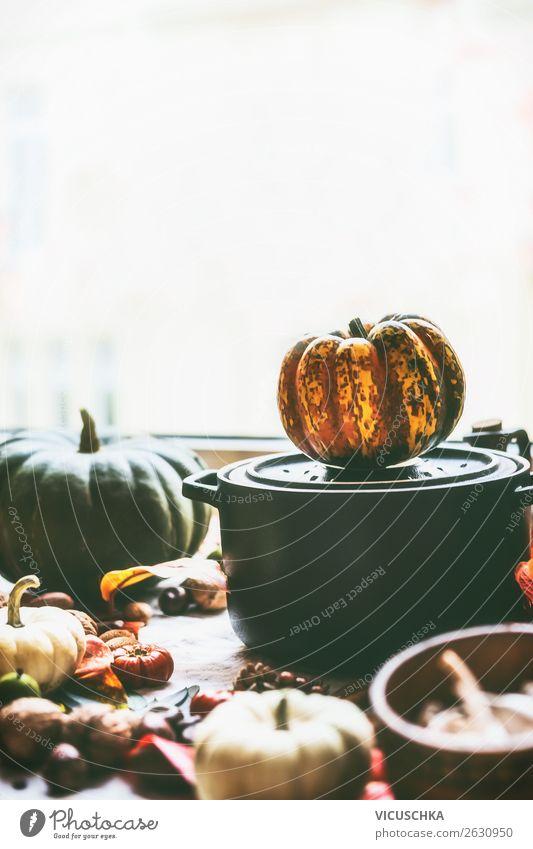 Topf mit Kürbisse auf Küchentisch Lebensmittel Gemüse Ernährung Bioprodukte Lifestyle Stil Gesunde Ernährung Winter Häusliches Leben Design Hintergrundbild
