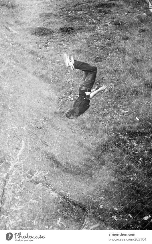 jump and run 1 Mensch springen Salto Wiese Le Parkour fallen Schweben Geschwindigkeit Schwarzweißfoto fliegen Ganzkörperaufnahme drehen Überschlag machen