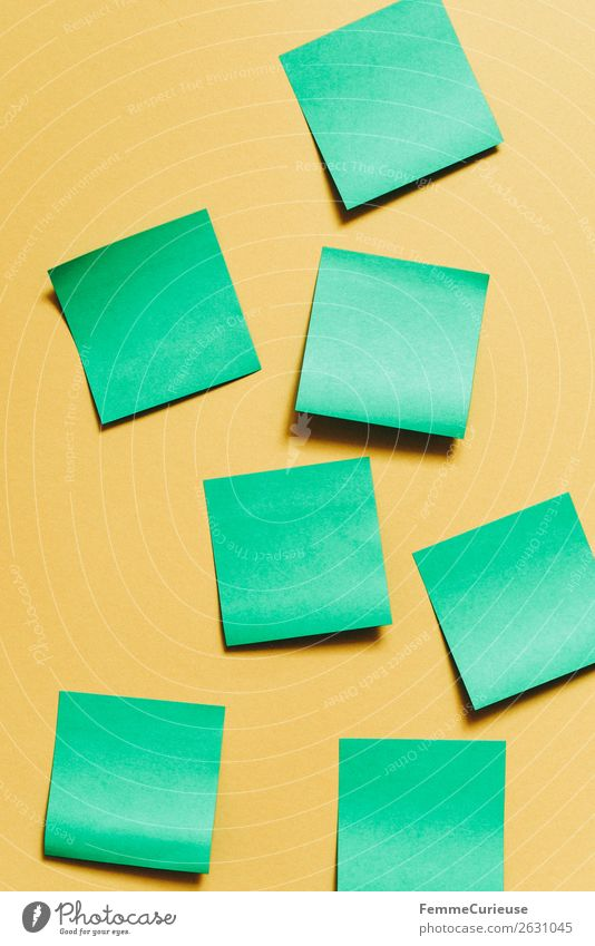 Notes on a neutral yellow background Schreibwaren Papier Zettel Kreativität Brainstorming grün gelb schreiben leer selbstklebend Farbfoto Studioaufnahme