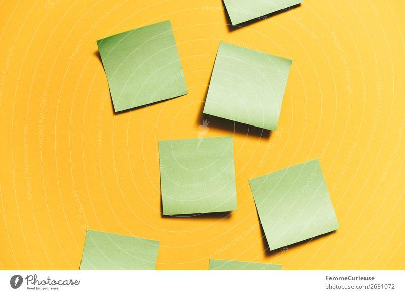 Notes on a neutral yellow background Schreibwaren Papier Zettel Kreativität Brainstorming gelb grün leer aufgeklebt selbstklebend Farbfoto Studioaufnahme