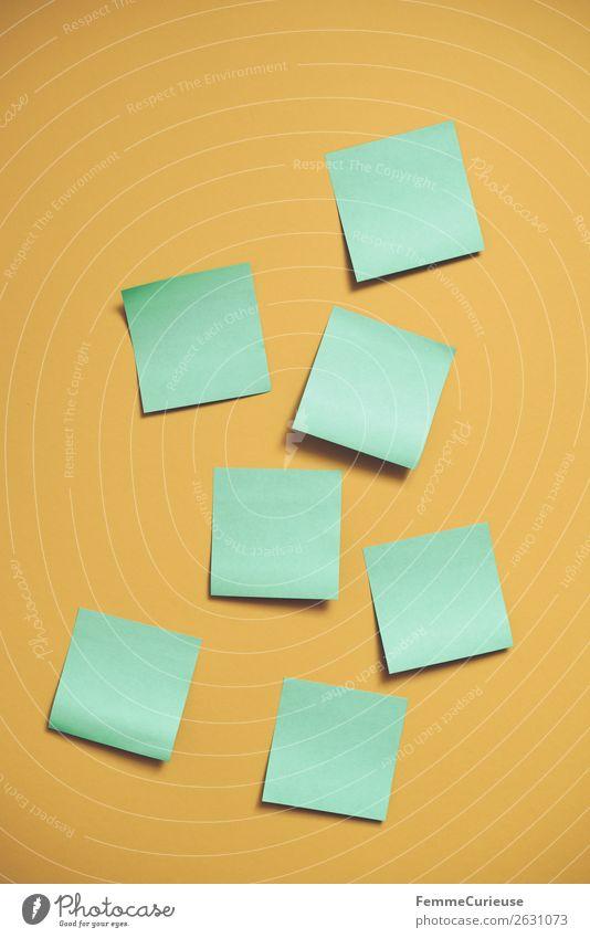 Notes on a neutral yellow background Schreibwaren Papier Zettel Kreativität Brainstorming grün gelb leer Farbfoto Studioaufnahme Textfreiraum links