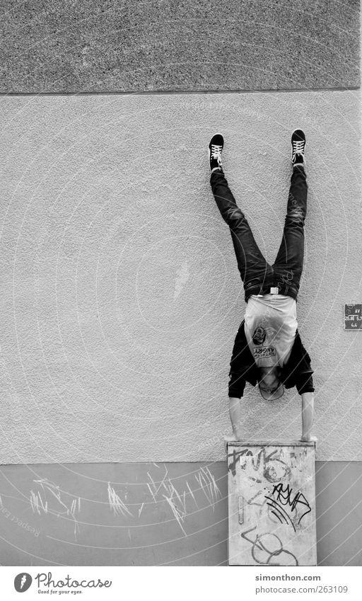 parkour 1 Mensch Le Parkour Kraft Handstand Wand verrückt haltend anstrengen Schwarzweißfoto Gleichgewicht außergewöhnlich Halt Ganzkörperaufnahme abstützen