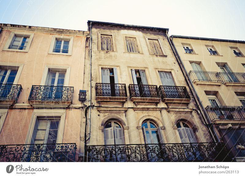 Narbonne XV alt Sommer Haus Fenster Architektur Gebäude Fassade ästhetisch Bauwerk verfallen Balkon Frankreich Städtereise Südfrankreich Narbonne