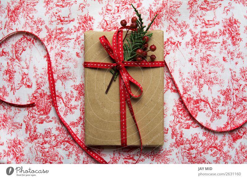 Geschenkbox, verpackt in Recyclingpapier und roter Schleife Brötchen kaufen elegant Feste & Feiern Valentinstag Muttertag Ostern Erntedankfest