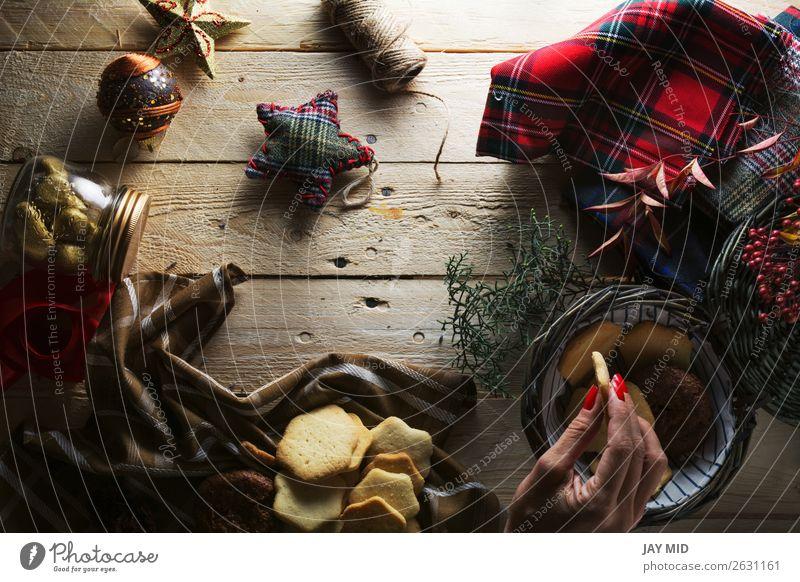 Frau, die Weihnachtsplätzchen aufbewahrt, von oben fotografiert Dessert Stil schön Dekoration & Verzierung Tisch Weihnachten & Advent Erwachsene Hand 1 Mensch