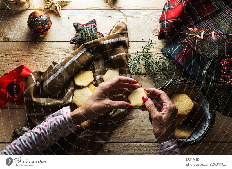 Frau Mensch Weihnachten & Advent schön rot Hand Erwachsene Holz feminin Stil braun oben Dekoration & Verzierung retro Aussicht Tisch