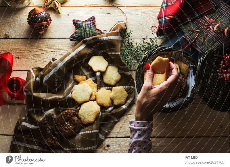Frau, die Weihnachtsplätzchen aufbewahrt, von oben fotografiert Dessert Stil schön Dekoration & Verzierung Tisch Weihnachten & Advent Erwachsene Hand Finger 1