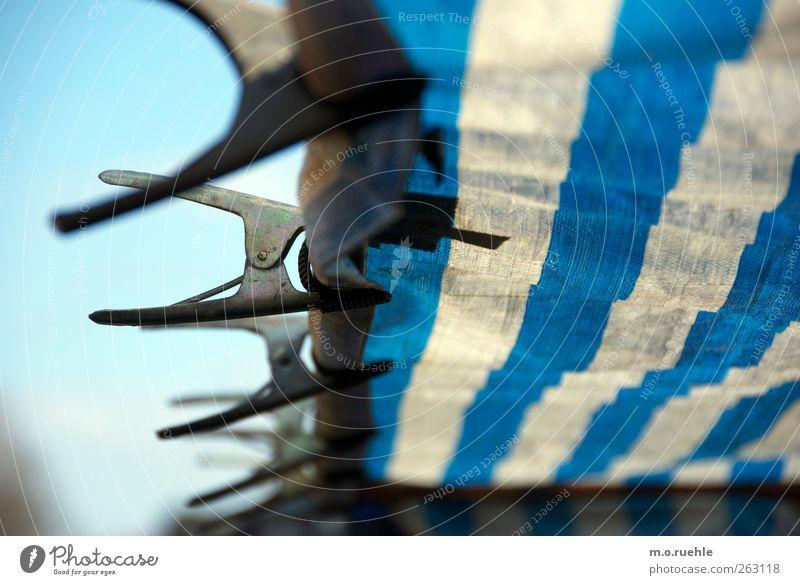 klammern II Kunststoff blau weiß festhalten Klammer Abdeckung Metallstange gestreift klemmen Marktstand Farbfoto Außenaufnahme Muster Strukturen & Formen