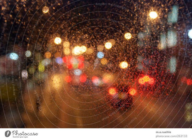 cognition Lifestyle schlechtes Wetter Regen Stadt Verkehr Verkehrsmittel Straßenverkehr Autofahren Busfahren Fahrzeug PKW Stimmung Surrealismus rot Licht