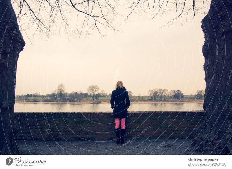 Rheinblick Mensch Himmel Baum Einsamkeit Ferne feminin blond stehen Unendlichkeit Flussufer Sightseeing Wolkenloser Himmel