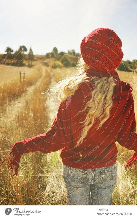 Rückansicht einer jungen Frau an einem sonnigen Tag Lifestyle Stil Gesundheit Wellness Ferne Freiheit Sonne Mensch feminin Junge Frau Jugendliche Erwachsene 1