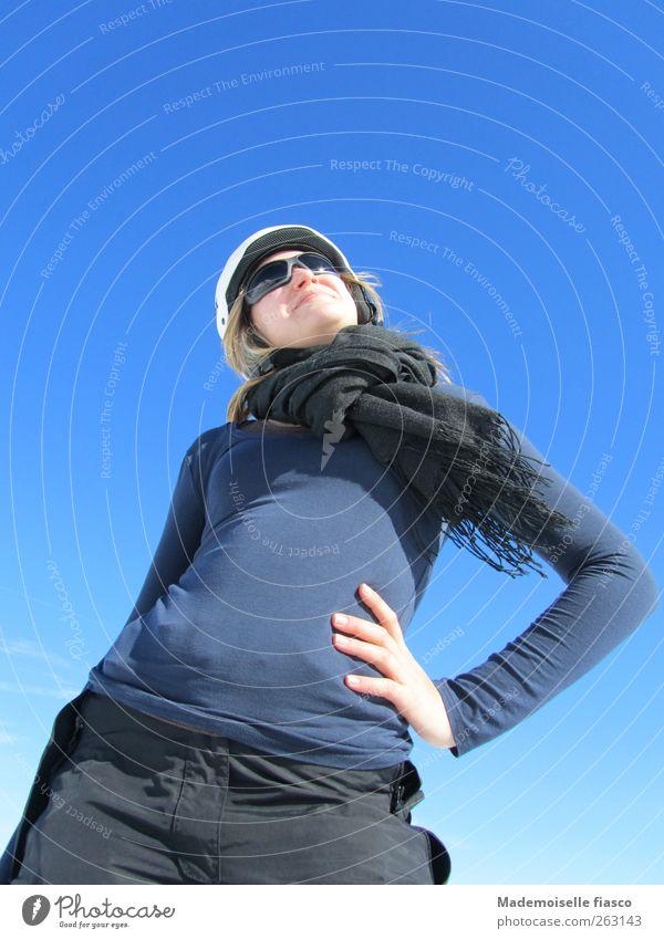 Wintersonnewohlgefühl sportlich Winterurlaub Junge Frau Jugendliche 1 Mensch 18-30 Jahre Erwachsene Wolkenloser Himmel T-Shirt Sonnenbrille Schal Helm Lächeln