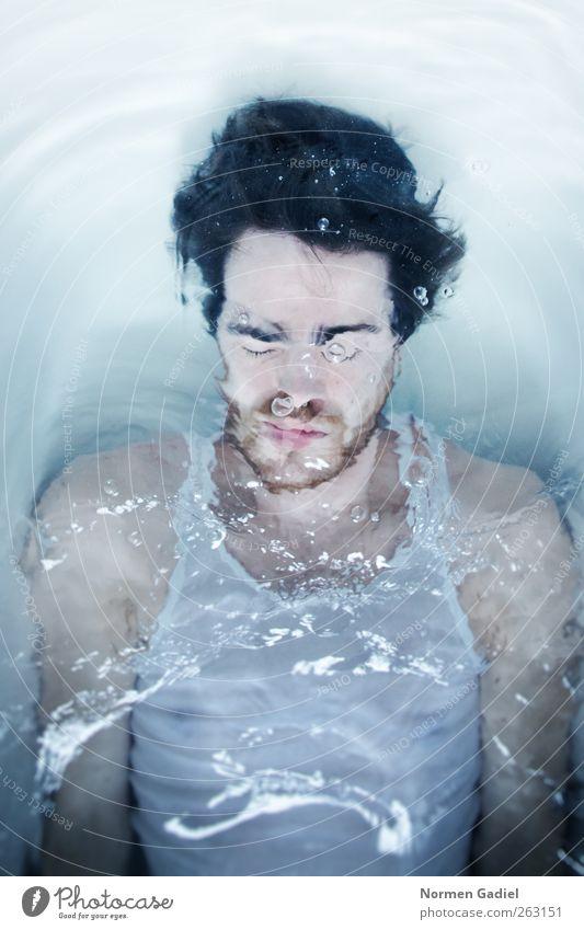 Mensch Jugendliche blau Wasser weiß Erwachsene Auge kalt Kopf Haare & Frisuren träumen Stimmung Schwimmen & Baden nass maskulin 18-30 Jahre