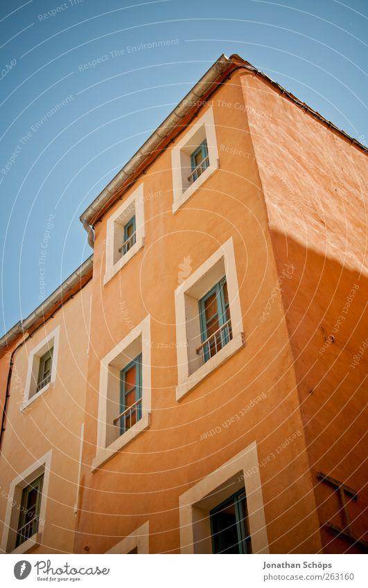 Narbonne XVII Südfrankreich Frankreich Kleinstadt Stadt Haus Bauwerk Gebäude Architektur Fassade Fenster alt Armut ästhetisch orange blau Blauer Himmel