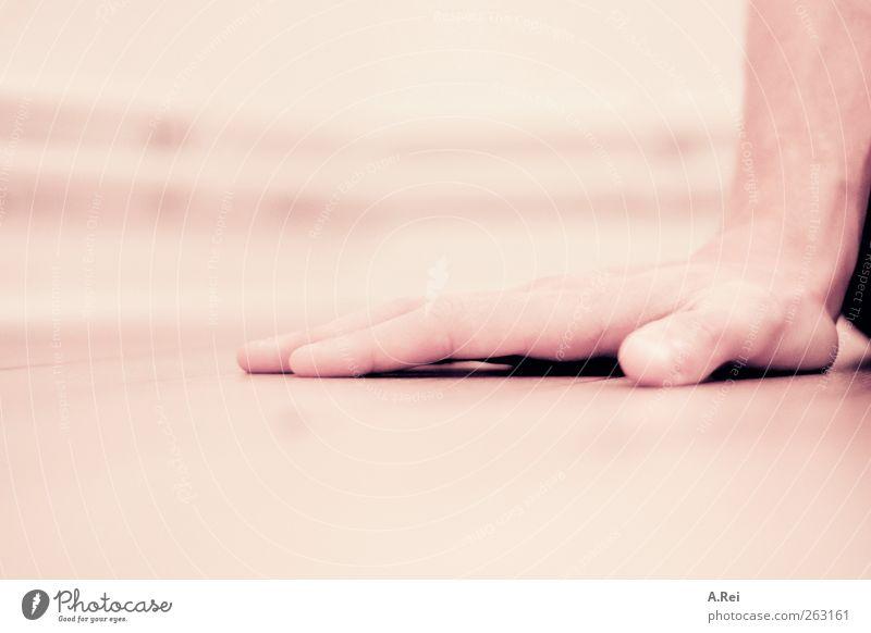 Handlich Mensch sitzen maskulin Finger abstützen