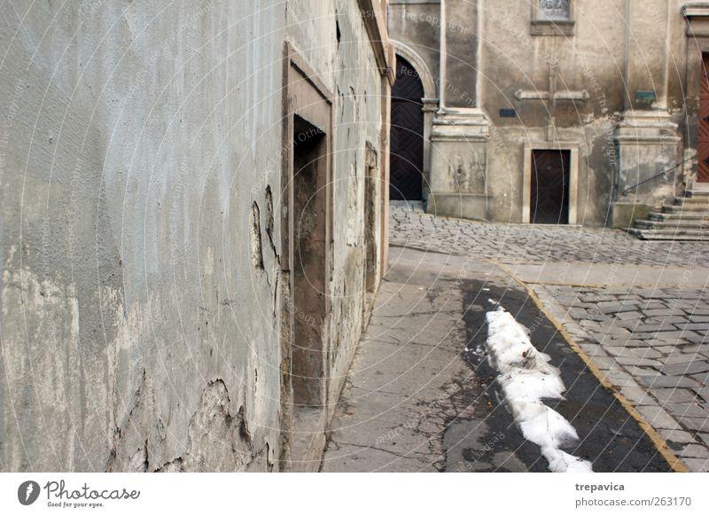 - - - - - - - - - alt Stadt Haus Straße dunkel Fenster Wand Architektur grau Wege & Pfade Mauer Gebäude braun Tür Fassade Beton