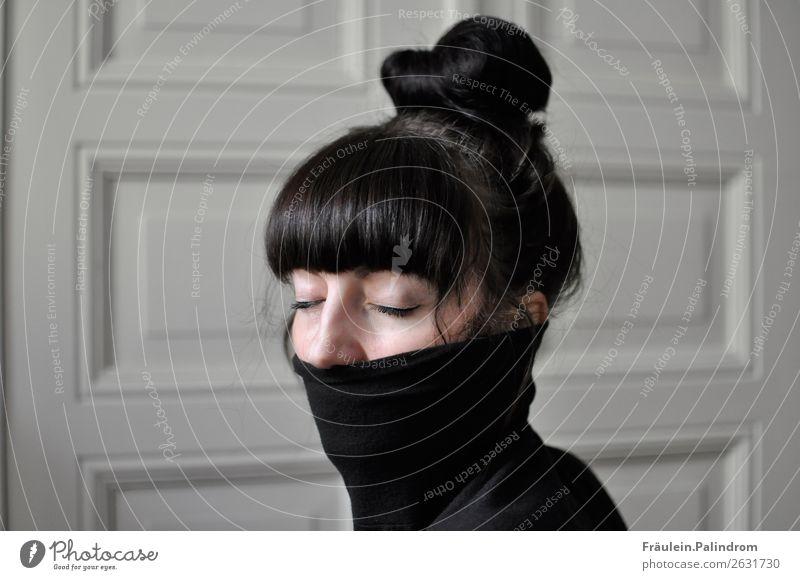 junge Frau mit Pony, Dutt und geschlossenen Augen im Rollkragenpullover feminin Junge Frau Jugendliche 1 Mensch 18-30 Jahre Erwachsene Pullover schwarzhaarig
