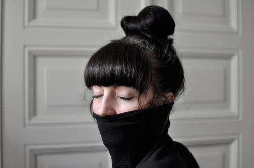 Runterkommen. feminin Junge Frau Jugendliche 1 Mensch 18-30 Jahre Erwachsene Pullover schwarzhaarig brünett Pony atmen Denken Erholung genießen hören schlafen