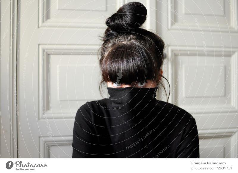 heimlich. feminin Junge Frau Jugendliche Haare & Frisuren Auge 1 Mensch 18-30 Jahre Erwachsene Pullover schwarzhaarig brünett Pony beobachten Denken Blick