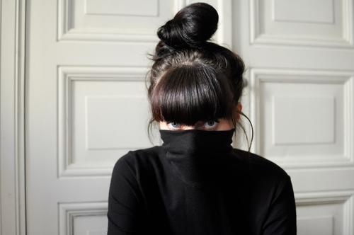 heimlich. Mensch Jugendliche Junge Frau ruhig schwarz 18-30 Jahre Auge Erwachsene kalt feminin Haare & Frisuren Denken Angst träumen Kraft beobachten