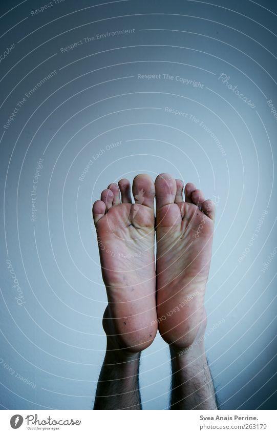 fussel unter den füßen. Mensch Mann Jugendliche Erwachsene kalt Wand Mauer Beine Fuß Körper Haut maskulin außergewöhnlich dünn Junger Mann skurril