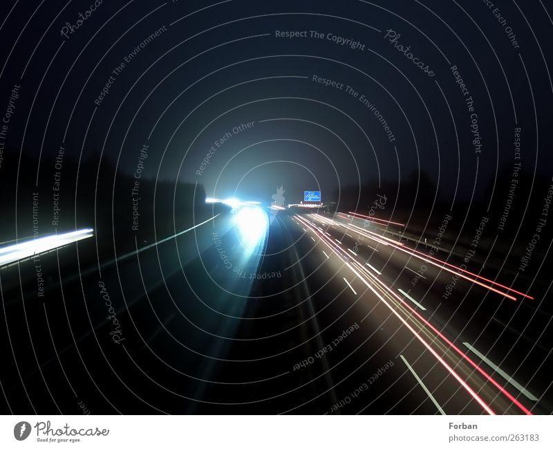 Nachterbahn Nachthimmel Verkehr Verkehrswege Berufsverkehr Straßenverkehr Autofahren Autobahn Brücke dunkel Geschwindigkeit Stadt blau rot schwarz weiß Bewegung
