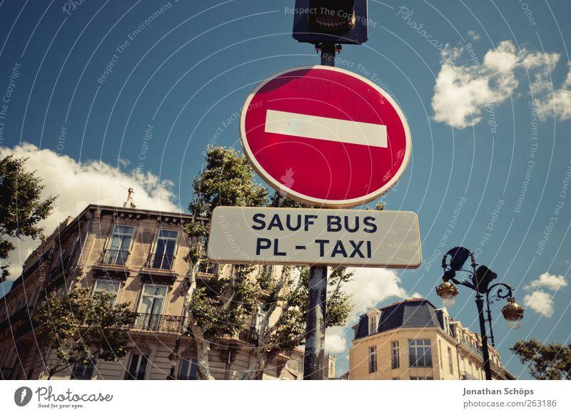 SAUF BUS Himmel Stadt Sonne Haus Straße Fassade Schilder & Markierungen Verkehr trinken Warnhinweis Verkehrswege Alkoholisiert Frankreich Bus Stadtzentrum Verbote