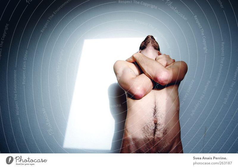 . maskulin Junger Mann Jugendliche Erwachsene Brust Arme Hand Bauch 1 Mensch 18-30 Jahre Mauer Wand Dreitagebart festhalten dünn Schmerz Sehnsucht Schattenspiel