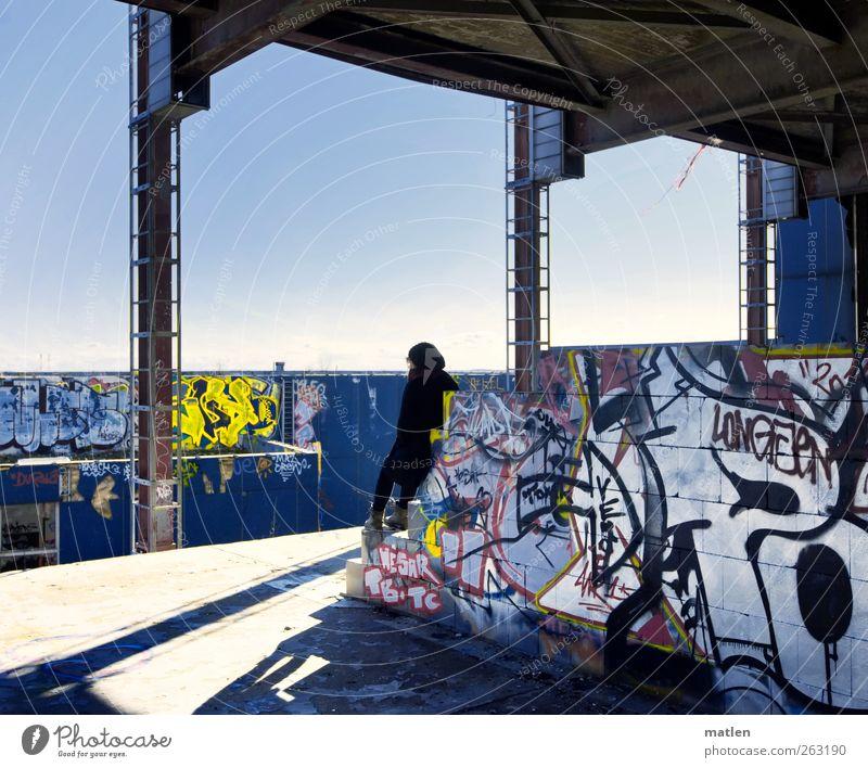 Frühlingsahnung Mensch Jugendliche blau Erwachsene gelb feminin Wand Graffiti Mauer braun Beton Hoffnung 18-30 Jahre Junge Frau Stahl Terrasse