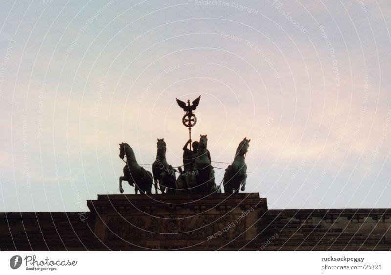 Brandenburger Tor Berlin Kunst Pferd Denkmal historisch Wahrzeichen Abenddämmerung Sehenswürdigkeit Unter den Linden