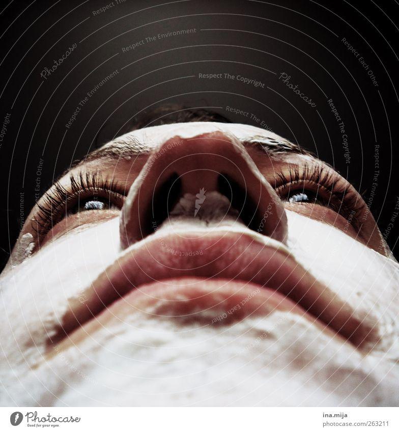 Gesicht mit Maske aus der Froschperspektive schön Körperpflege Haut Kosmetik Creme Wimperntusche Erholung Meditation Mensch feminin Junge Frau Jugendliche Auge